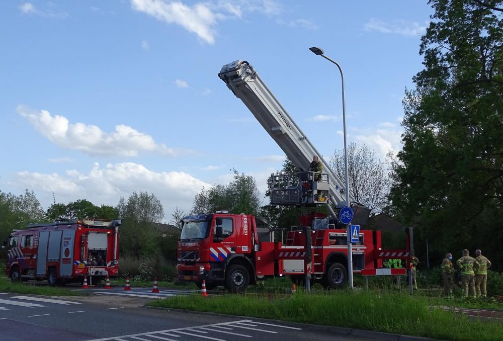 Een grote tak is de brandweer in stukken gezaagd - Foto: Manuel Bruna
